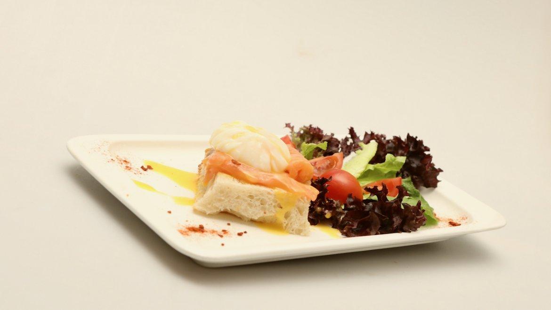 Яйцо «Бенедикт» со слабосоленым лососем