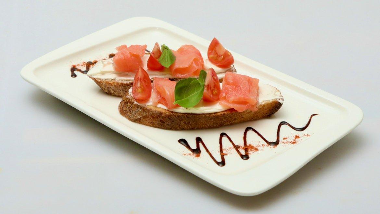 Брускетта со слабосоленым лососем на подушке из сыра Креметте